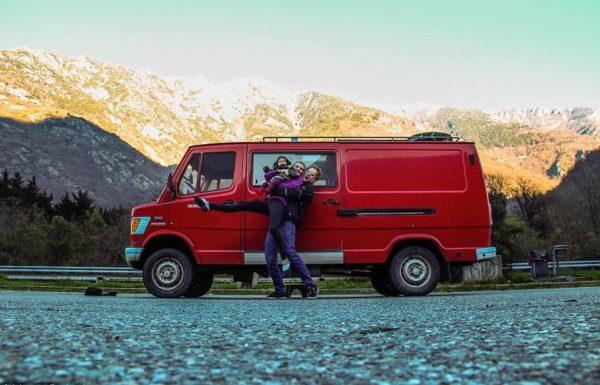 Junges Paar reist im umgebauten Feuerwehrauto von Litauen nach Marokko