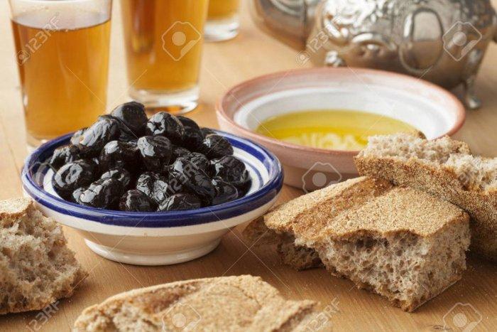 47222265-marokkanische-traditionelle-frühstück-mit-olivenöl-schwarze-oliven-brot-und-tee.jpg